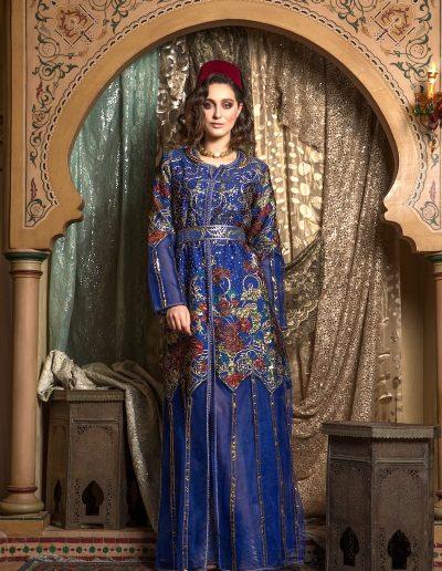 Tenue deux pièces en brocard de soie brodé de sequin à manche et bas de robe en tulle porté sur un organza de soie, finition Maâlam et Aâkad. Ceinture coordonnée.