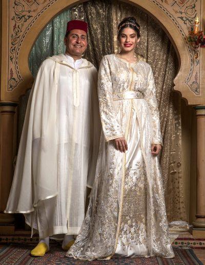 Tenue deux pièces en tulle strassé porté sur un satin duchesse brodé de sequins de différentes tailles, finition sfifa et Aâkad. Ceinture coordonnée.