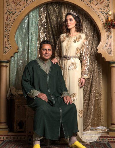 Tenue deux pièces en paillettes rebrodées de fleurs en sequins manches en tulle brodées de sequins finition Maâlam et Aâkad. Ceinture coordonnée.